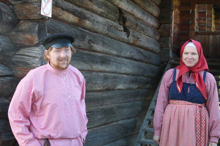 Научные сотрудники музея в образе крестьян 19 века