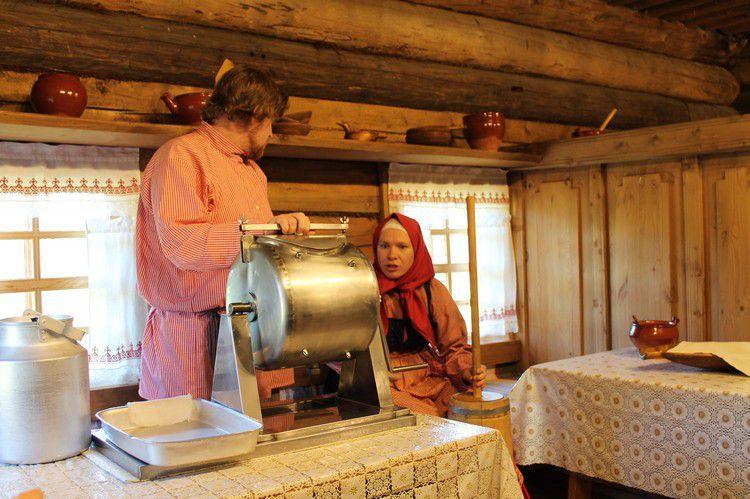 Вот в такой маслобойке гостям предлагается самим приготовить масло