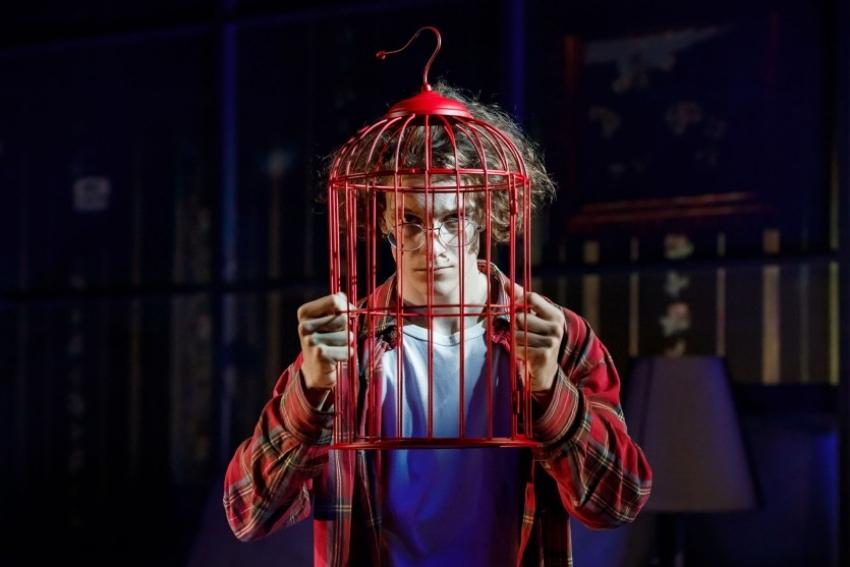 Театр «Приют Комедианта» покажет онлайн спектакль «Старомодная комедия» ко Дню Победы