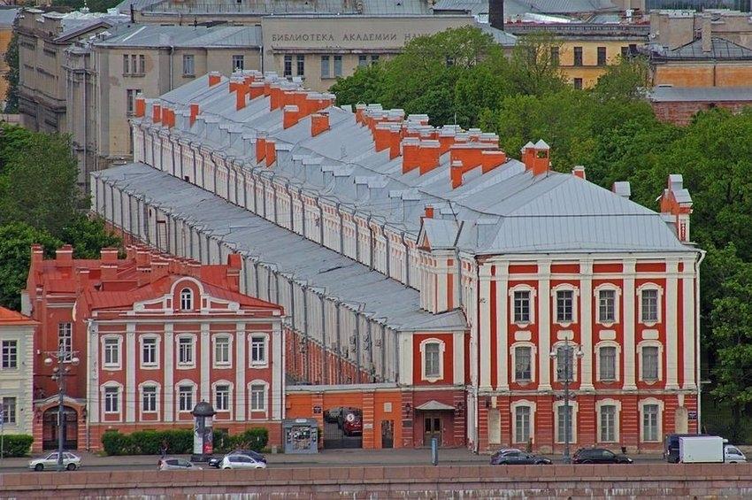 Здание Двенадцати Коллегий и его окружение